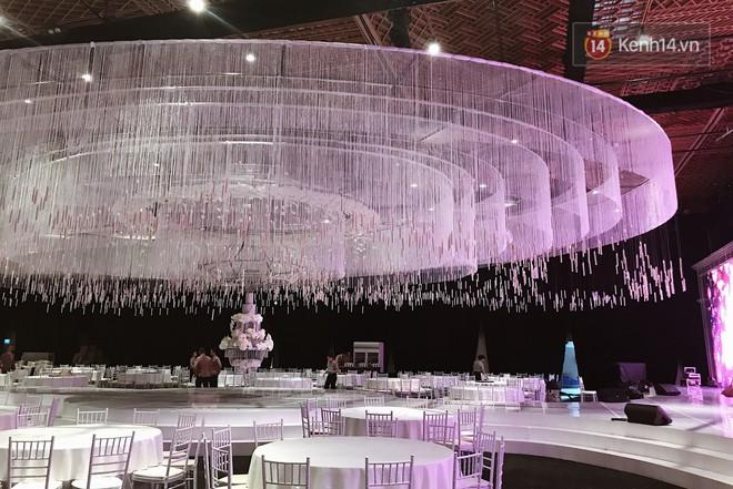 Độc quyền: Hé lộ những hình ảnh đầu tiên về không gian tiệc cưới lộng lẫy của Lan Khuê - John Tuấn Nguyễn - Ảnh 2.