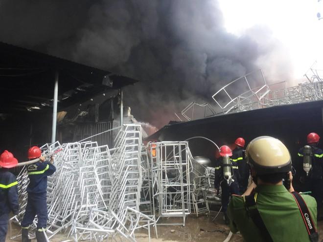 Hàng trăm cảnh sát PCCC đang chiến đấu với bà hỏa cứu xưởng sản xuất mây tre đan - Ảnh 2.