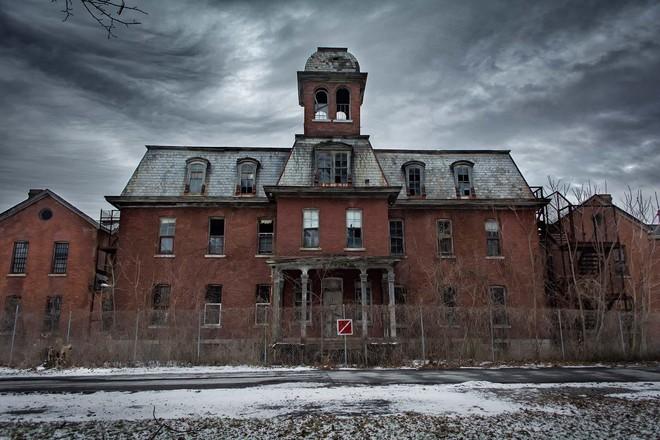 Bệnh viện tâm thần bỏ hoang 24 năm ở Mỹ: Mái ấm của bệnh nhân bị xã hội chối bỏ, lúc chết đi mộ phần cũng không được đề tên - Ảnh 2.