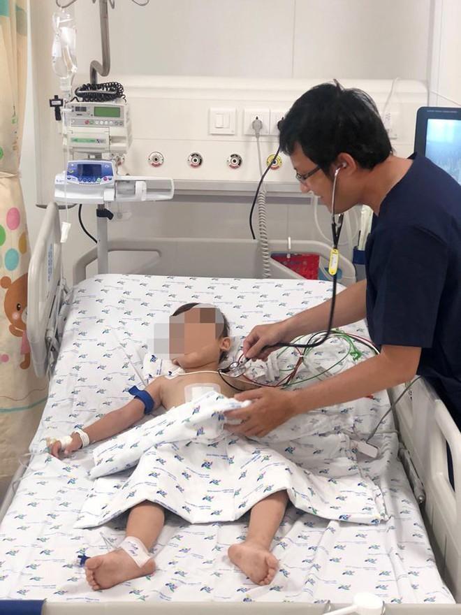 Cứu sống bé trai ói ra máu ồ ạt rất nguy kịch - Ảnh 1.