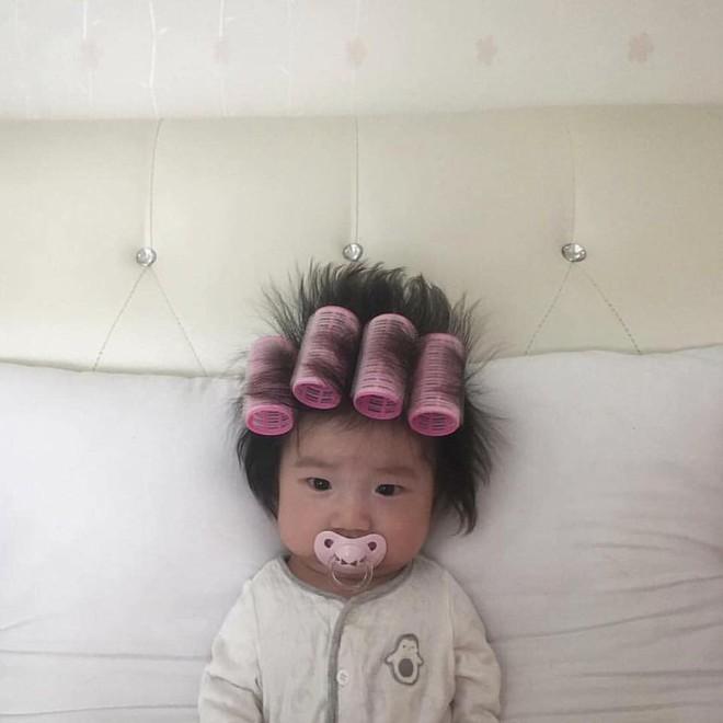 Vừa cuốn lô vừa ngậm ti giả, em bé mặt méo xệch nhận thành quả tóc dựng ngược chẳng giống ai - Ảnh 1.