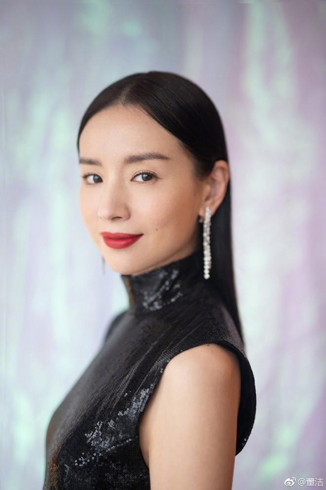 Choáng với nhan sắc thật sự của hoàng hậu Đổng Khiết: Da chảy xệ, gương mặt toàn nếp nhăn - Ảnh 2.