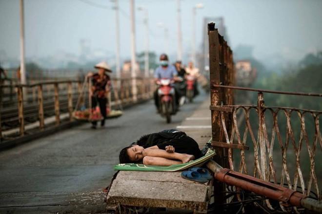 Xót xa hình ảnh bé trai nằm ngủ co quắp trên cầu Long Biên - Ảnh 1.