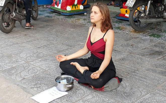 Cô gái Nga xinh đẹp ngồi thiền trên vỉa hè ở Phú Quốc để xin tiền bất ngờ quay lại