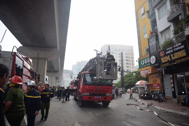 Hà Nội: Nghi gia chủ đốt vàng mã khiến nhà 9 tầng bốc cháy dữ dội - Ảnh 1.
