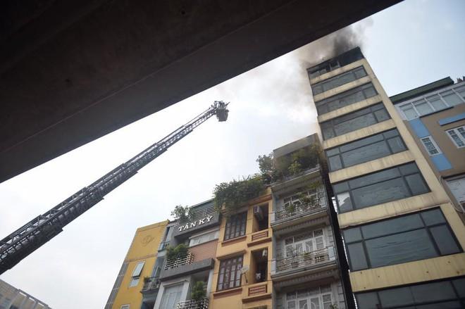 Hà Nội: Nghi gia chủ đốt vàng mã khiến nhà 9 tầng bốc cháy dữ dội - Ảnh 3.