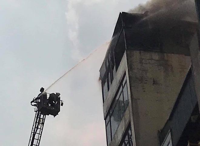 Hà Nội: Nghi gia chủ đốt vàng mã khiến nhà 9 tầng bốc cháy dữ dội - Ảnh 2.
