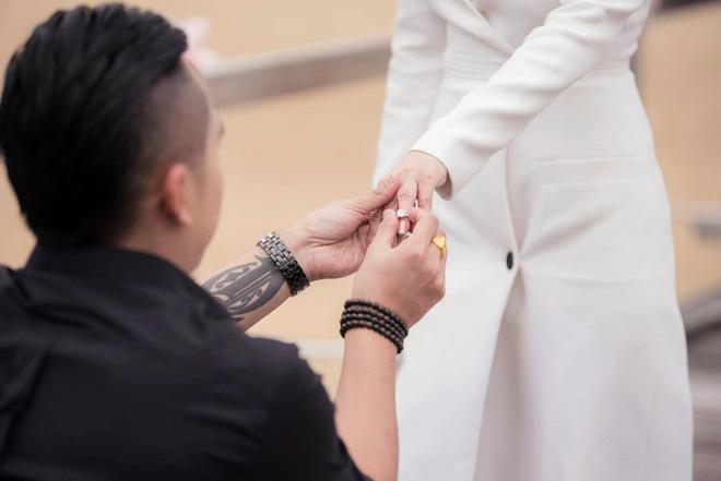 Sau đám cưới lãng mạn bên bờ biển, chị gái Ngọc Trinh khoe ảnh tình tứ, nói lời sến sẩm với ông xã kém tuổi - Ảnh 2.