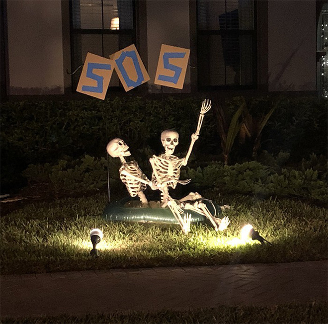 Thấy mấy bộ hài cốt nhà hàng xóm cứ mỗi ngày lại tạo dáng một kiểu, cô gái bèn chụp lại hết đăng lên khoe trên MXH - Ảnh 6.