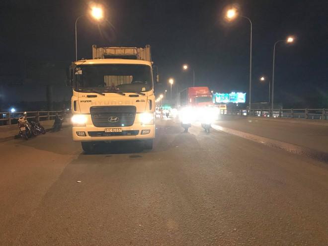 2 thanh niên đi xe máy tử vong sau va chạm với container giữa cầu Đồng Nai - Ảnh 1.