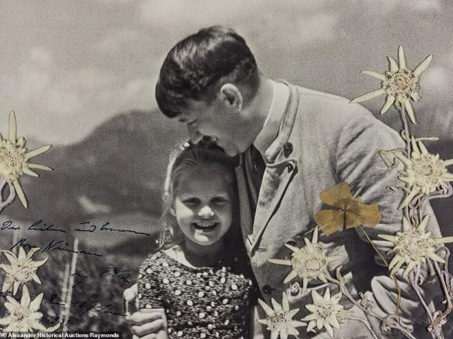 Câu chuyện phía sau bức ảnh sốc chưa từng thấy của trùm phát xít Hitler - Ảnh 1.