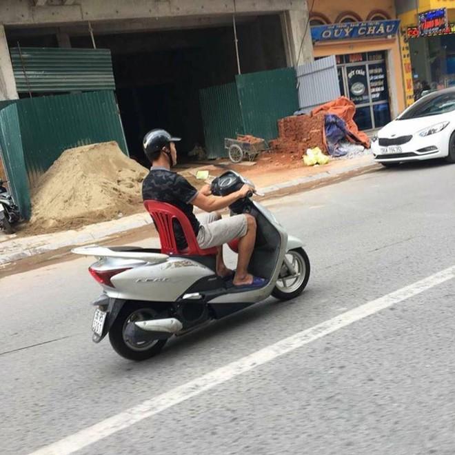 Giải pháp của người đàn ông khi mất yên xe khiến cả khu phố kinh ngạc - Ảnh 1.