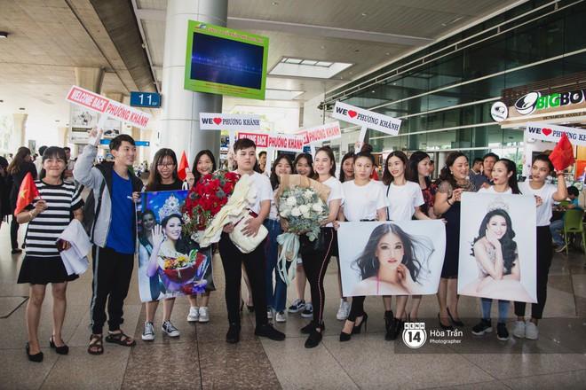 Tân Hoa hậu Trái đất 2018 Phương Khánh vỡ oà trong vòng vây người hâm mộ, nghẹn ngào ôm chặt mẹ tại sân bay Việt Nam - Ảnh 1.