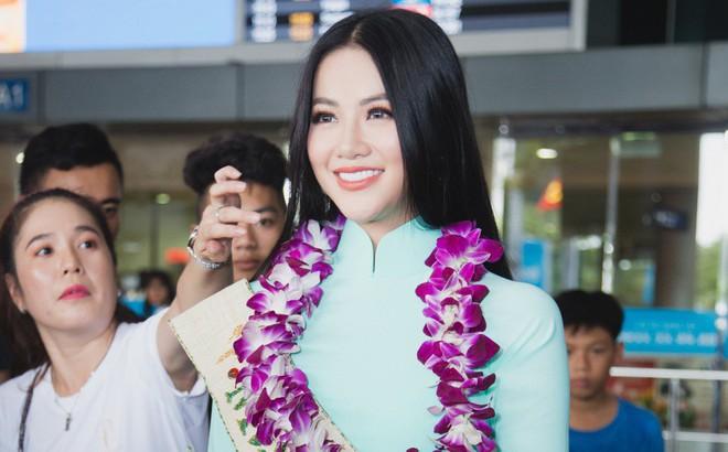 Tân Hoa hậu Trái đất 2018 Phương Khánh vỡ oà trong vòng vây người hâm mộ, nghẹn ngào ôm chặt mẹ tại sân bay Việt Nam