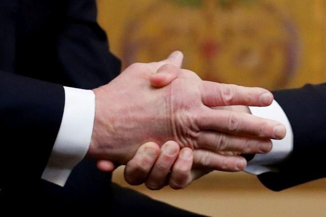 Video: Sau màn mắng mỏ phủ đầu, mặc Tổng thống Pháp ra sức làm lành, ông Trump vẫn tỉnh bơ - Ảnh 2.