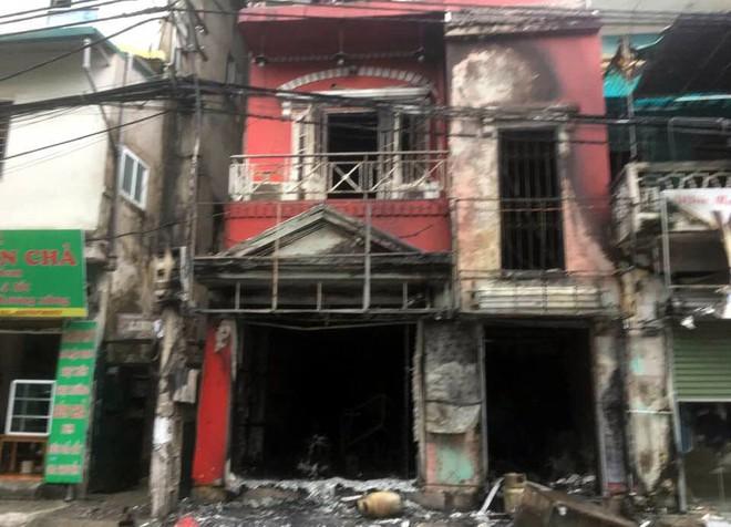 Hà Nội: Sau tiếng nổ lớn, lửa bao trùm ngôi nhà 4 tầng  - Ảnh 3.