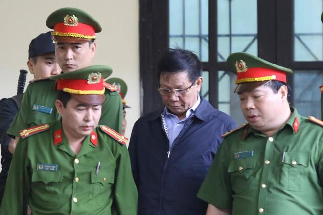 Cựu tướng Phan Văn Vĩnh, Nguyễn Thanh Hóa khỏe mạnh khi tới tòa, đi lại nhanh nhẹn - Ảnh 9.