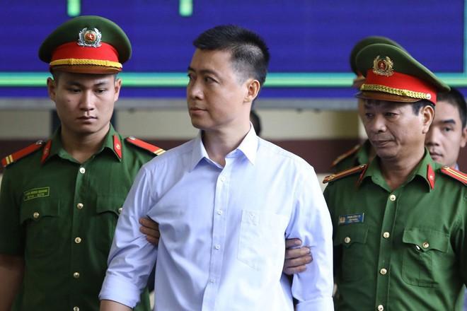 Cựu tướng Phan Văn Vĩnh, Nguyễn Thanh Hóa khỏe mạnh khi tới tòa, đi lại nhanh nhẹn - Ảnh 11.