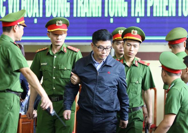 Cựu tướng Phan Văn Vĩnh, Nguyễn Thanh Hóa khỏe mạnh khi tới tòa, đi lại nhanh nhẹn - Ảnh 12.