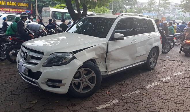 Audi Q5 tông biến dạng Mercedes và hai xe máy trên đường Hà Nội - Ảnh 2.