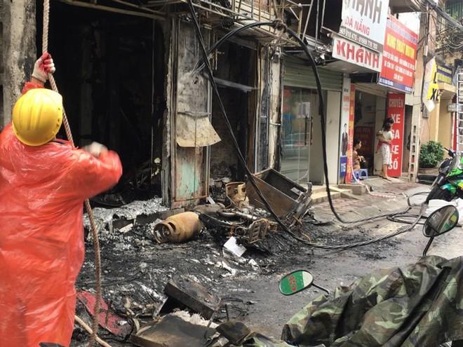 Hà Nội: Sau tiếng nổ lớn, lửa bao trùm ngôi nhà 4 tầng  - Ảnh 2.