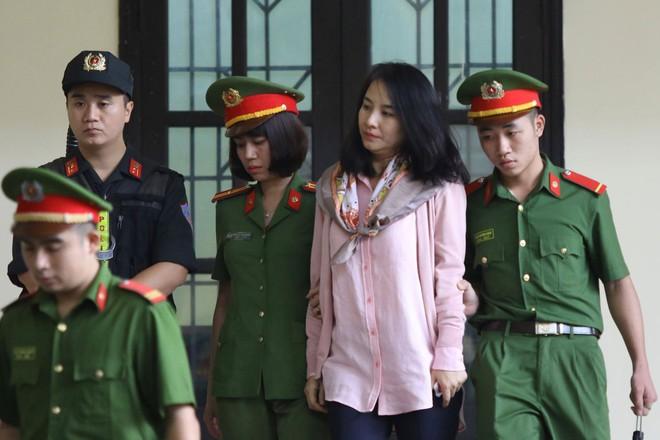 Cựu tướng Phan Văn Vĩnh, Nguyễn Thanh Hóa khỏe mạnh khi tới tòa, đi lại nhanh nhẹn - Ảnh 13.