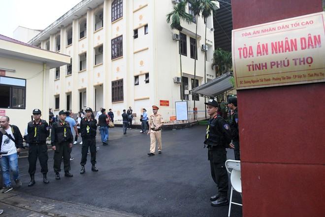 Cựu tướng Phan Văn Vĩnh, Nguyễn Thanh Hóa khỏe mạnh khi tới tòa, đi lại nhanh nhẹn - Ảnh 1.