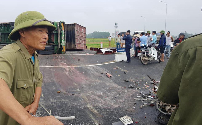Hà Nội: Hai mẹ con đi xe máy bị xe container lật nghiêng đè trúng tử vong