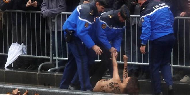 Một người biểu tình ngực trần lao tới gần xe Tổng thống Mỹ ở Paris - Ảnh 2.
