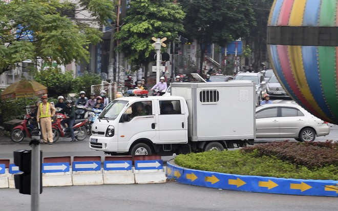 Cựu tướng Phan Văn Vĩnh, Nguyễn Thanh Hóa khỏe mạnh khi tới tòa, đi lại nhanh nhẹn - Ảnh 5.