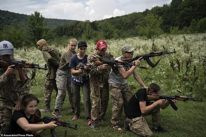 Hé lộ trại hè đào tạo các tay súng ngắm là bắn, bắn là chết từ 8 tuổi trong rừng sâu Ukraine - Ảnh 1.