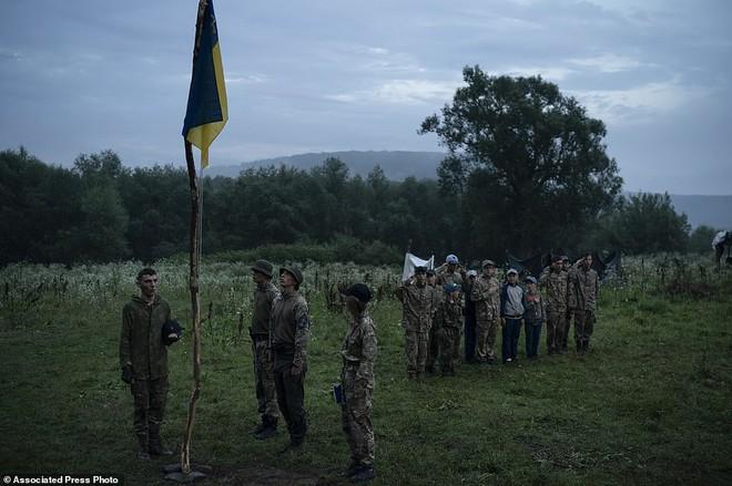 Hé lộ trại hè đào tạo các tay súng ngắm là bắn, bắn là chết từ 8 tuổi trong rừng sâu Ukraine - Ảnh 3.