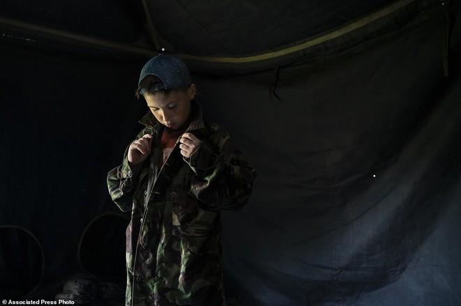 Hé lộ trại hè đào tạo các tay súng ngắm là bắn, bắn là chết từ 8 tuổi trong rừng sâu Ukraine - Ảnh 5.