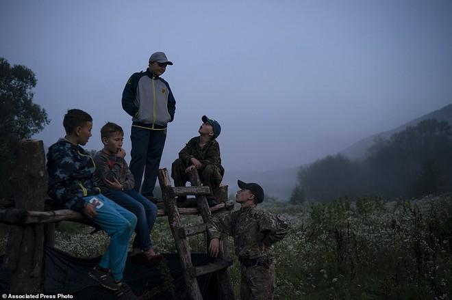 Hé lộ trại hè đào tạo các tay súng ngắm là bắn, bắn là chết từ 8 tuổi trong rừng sâu Ukraine - Ảnh 4.