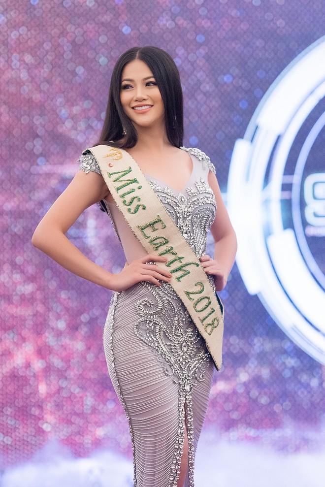 """Người đào tạo """"Miss Earth"""" Phương Khánh: Tôi vẫn giữ liên lạc và cảm thấy tiếc cho Phạm Hương - Ảnh 1."""