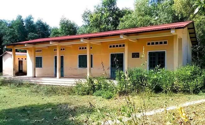 Trường học hàng trăm triệu đồng cho học sinh vùng khó khăn thành nơi… chứa củi, bò phóng uế - Ảnh 1.