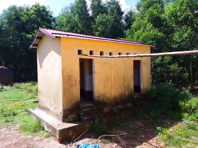 Trường học hàng trăm triệu đồng cho học sinh vùng khó khăn thành nơi… chứa củi, bò phóng uế - Ảnh 4.