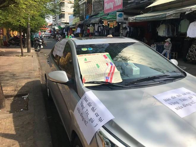 Đỗ xe bên lề vài phút, chủ nhân quay ra đầy ngỡ ngàng vì những mảnh giấy lạ dán đầy ô tô - Ảnh 2.