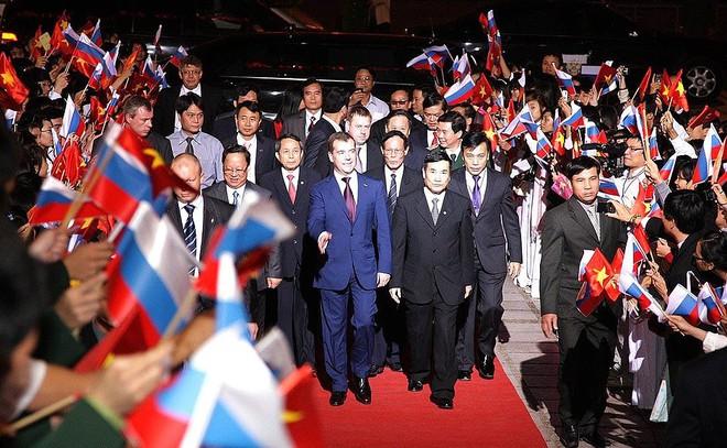 Ông Medvedev sửa gáy phiên dịch trong chuyến thăm Việt Nam: Dịch là Đồng chí chứ! - Ảnh 1.
