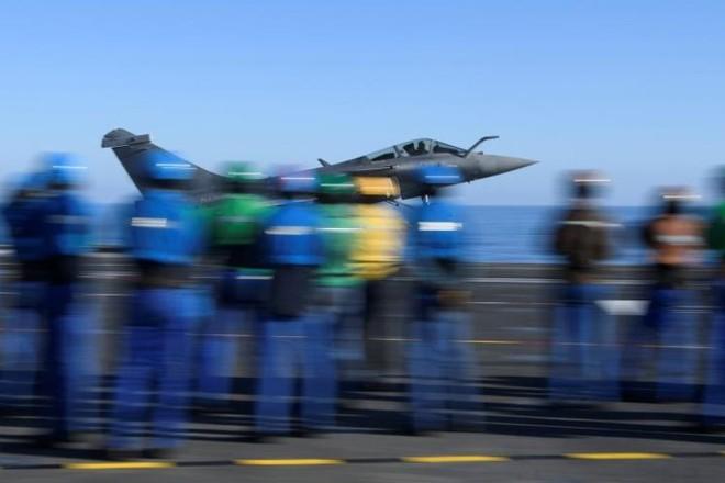 Cận cảnh boong tàu sân bay Charles de Gaulle của hải quân Pháp - Ảnh 2.