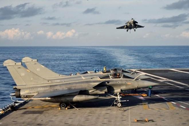 Cận cảnh boong tàu sân bay Charles de Gaulle của hải quân Pháp - Ảnh 3.