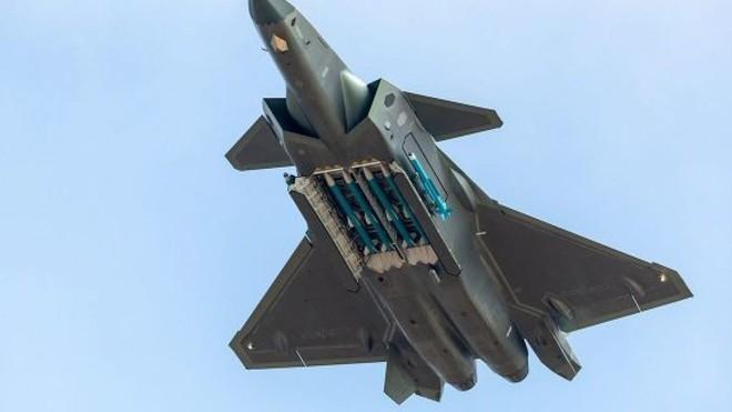 Tiêm kích tàng hình J-20 Trung Quốc: Đáng thất vọng, chưa đủ tuổi để dọa F-22 và F-35 Mỹ - Ảnh 3.