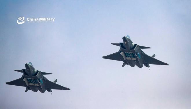 Tiêm kích tàng hình J-20 Trung Quốc: Đáng thất vọng, chưa đủ tuổi để dọa F-22 và F-35 Mỹ - Ảnh 1.