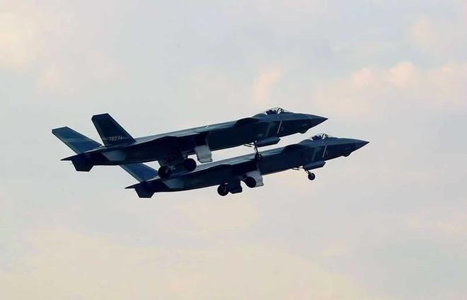 Tiêm kích tàng hình J-20 Trung Quốc: Đáng thất vọng, chưa đủ tuổi để dọa F-22 và F-35 Mỹ - Ảnh 2.