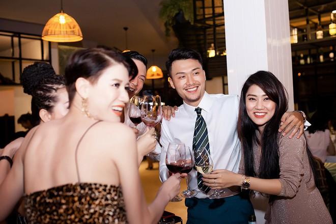 Hoa hậu Thu Hoài ôm, hôn Quốc Thiên tình cảm trước mặt bạn trai  - Ảnh 11.