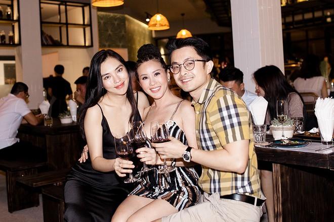 Hoa hậu Thu Hoài ôm, hôn Quốc Thiên tình cảm trước mặt bạn trai  - Ảnh 1.