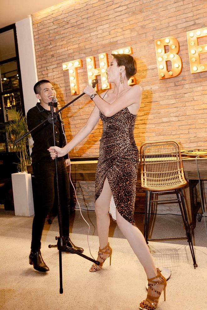Hoa hậu Thu Hoài ôm, hôn Quốc Thiên tình cảm trước mặt bạn trai  - Ảnh 7.