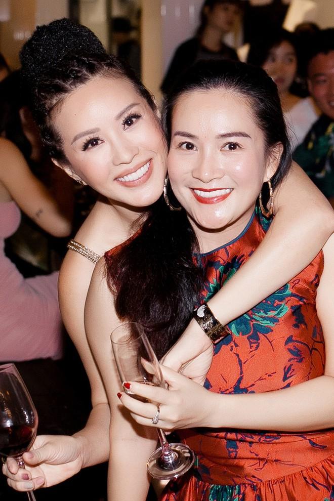 Hoa hậu Thu Hoài ôm, hôn Quốc Thiên tình cảm trước mặt bạn trai  - Ảnh 10.