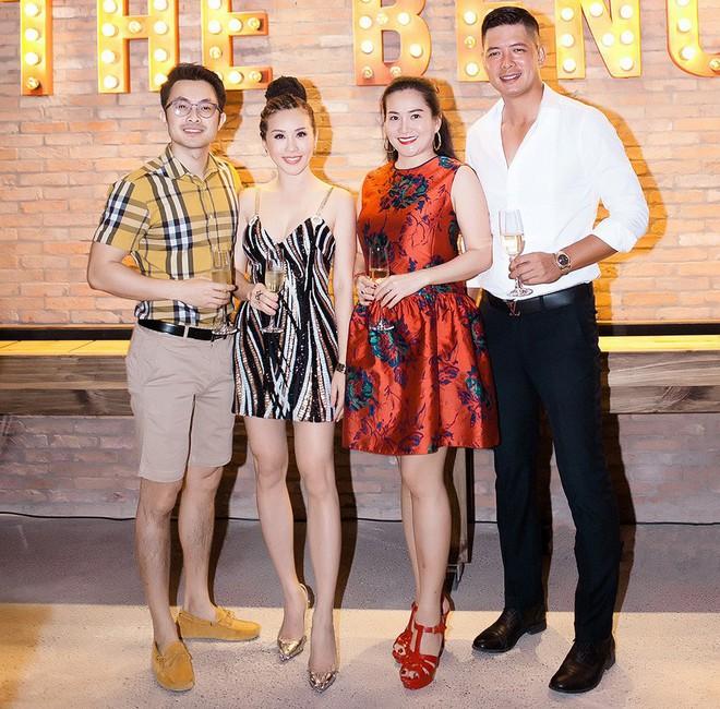 Hoa hậu Thu Hoài ôm, hôn Quốc Thiên tình cảm trước mặt bạn trai  - Ảnh 9.