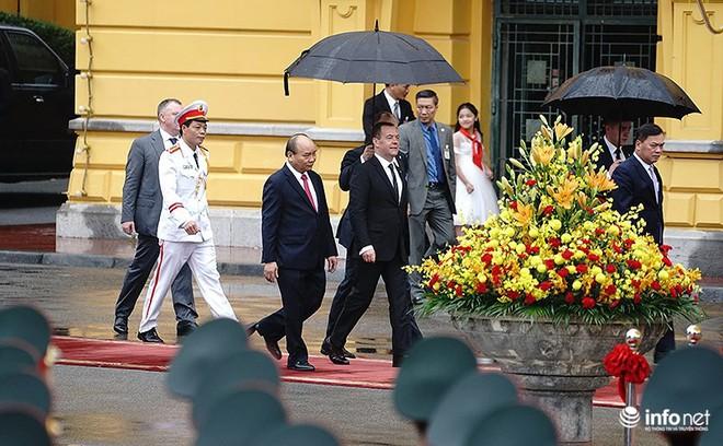 Toàn cảnh lễ đón chính thức Thủ tướng Nga Medvedev thăm Việt Nam - Ảnh 1.